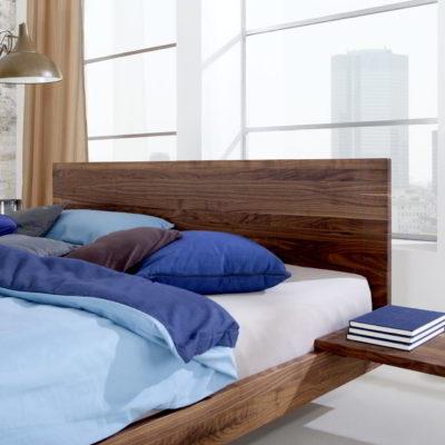 Bett Nido Nussbaum mit eingehängter Nachtkonsole