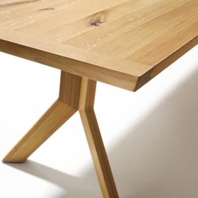 Tisch Yps in Eiche wild weiß geölt. Detailfoto von Tisch Yps.