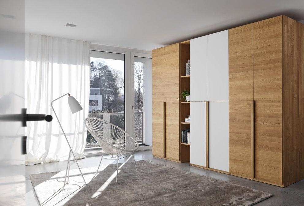Lunetto Kleiderschrank mit Holztüren in Eiche und Glastüren weiß.